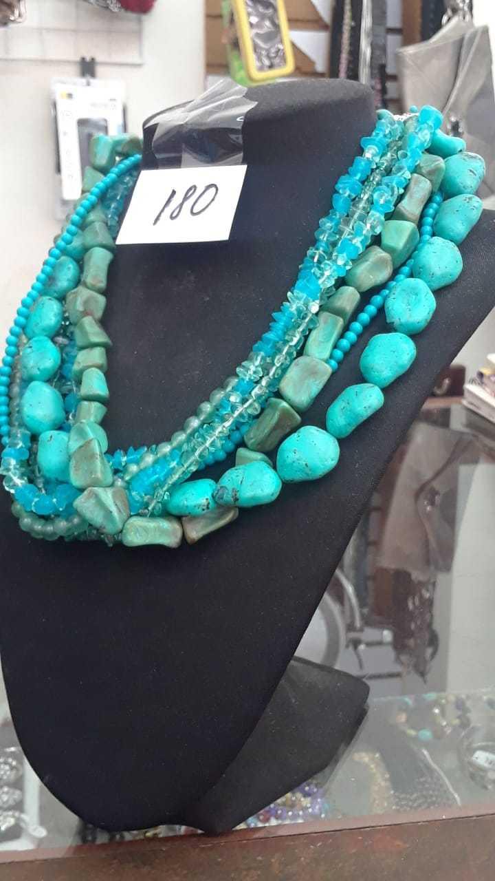 Hermoso collar color con piedras en color turquesa
