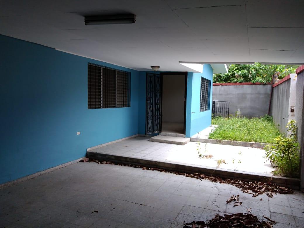 SE RENTA AMPLIA CASA en Residencial Zeron