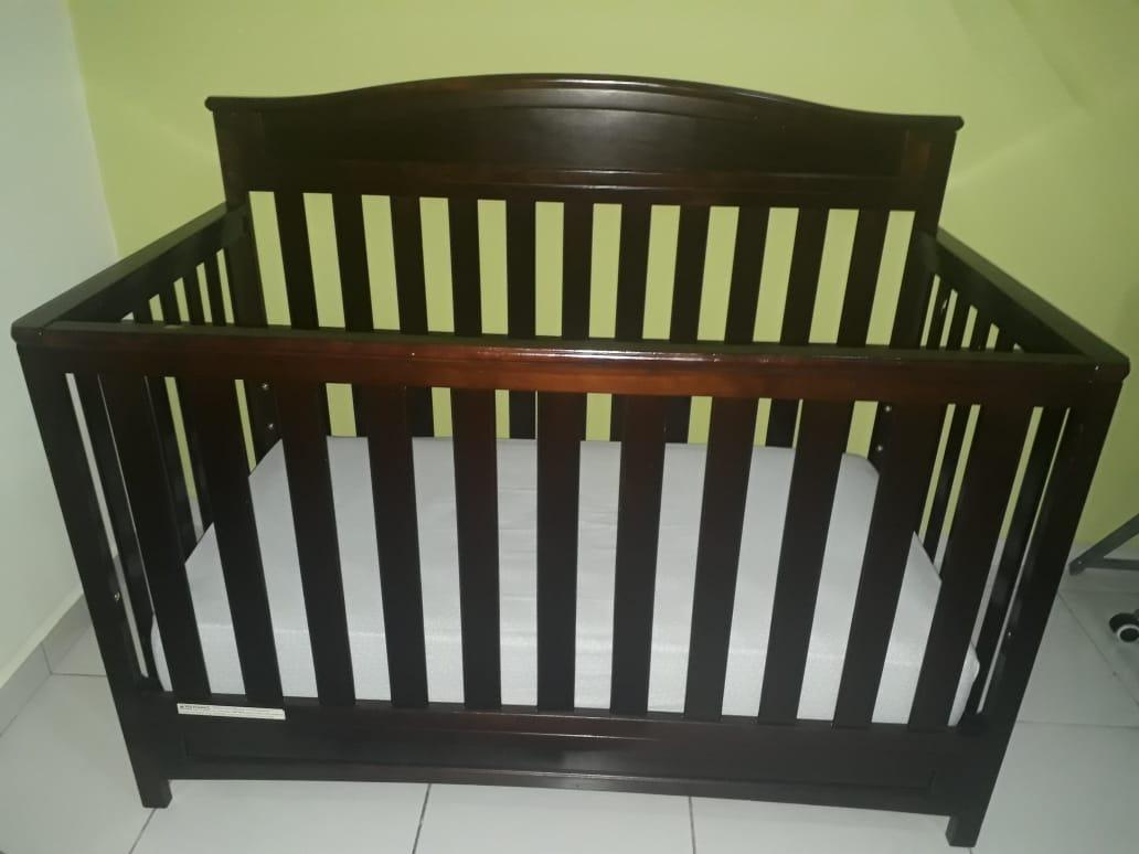 Cuna de madera de color para bebé