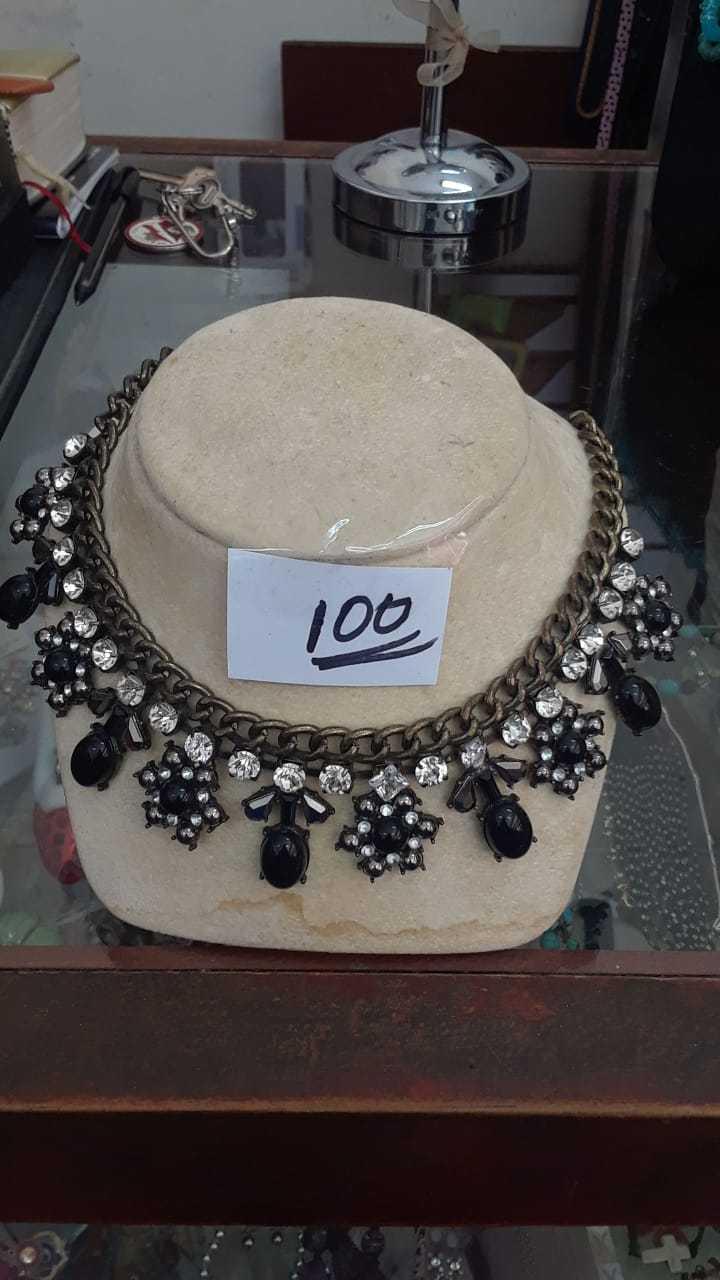 Hermoso collar de piedras