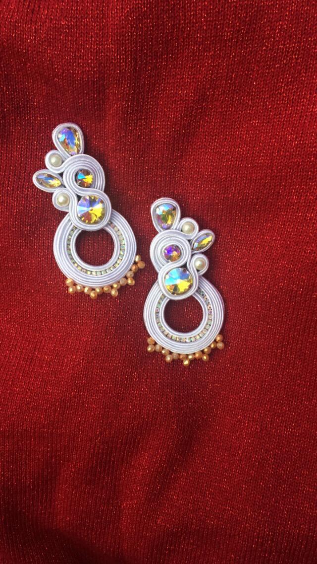 Aretes de cristales tornasol y perlas