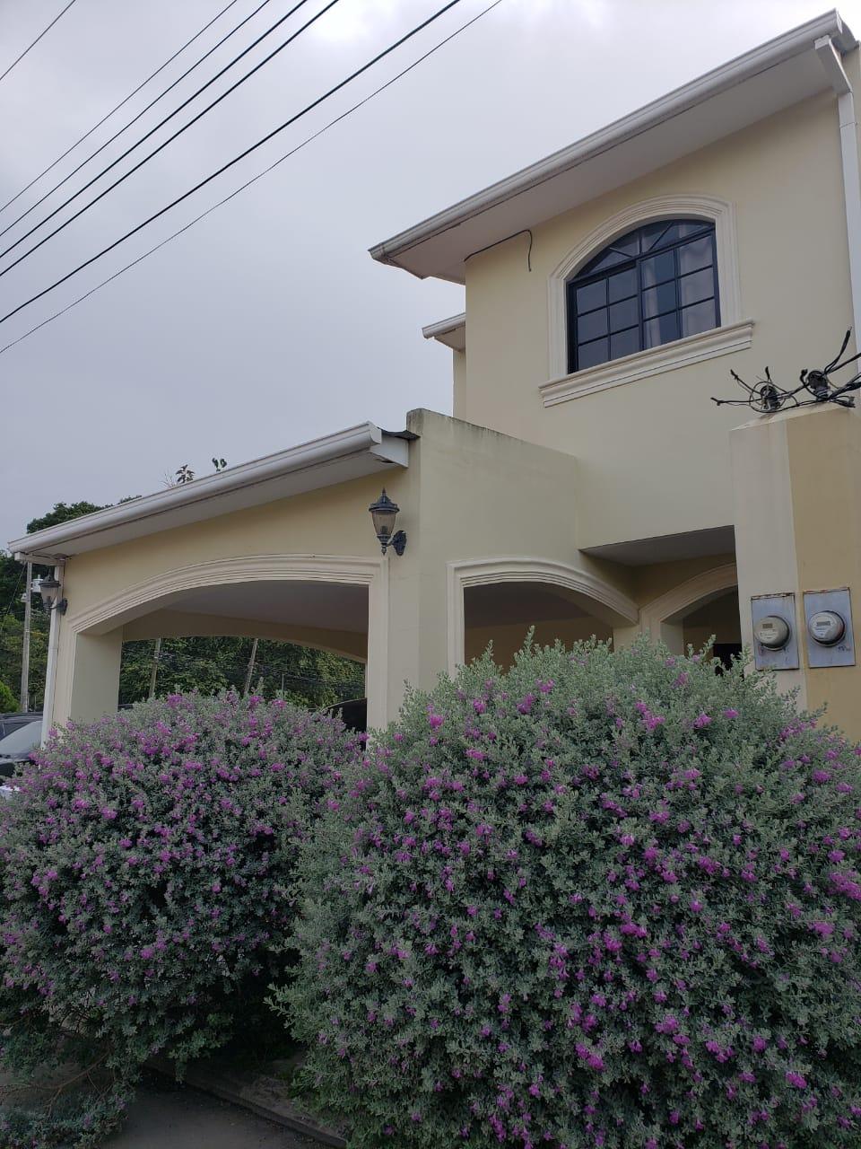 Se vende casa en Res. Villa Regina