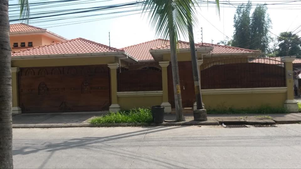 Se alquila casa en Res. Casa Maya