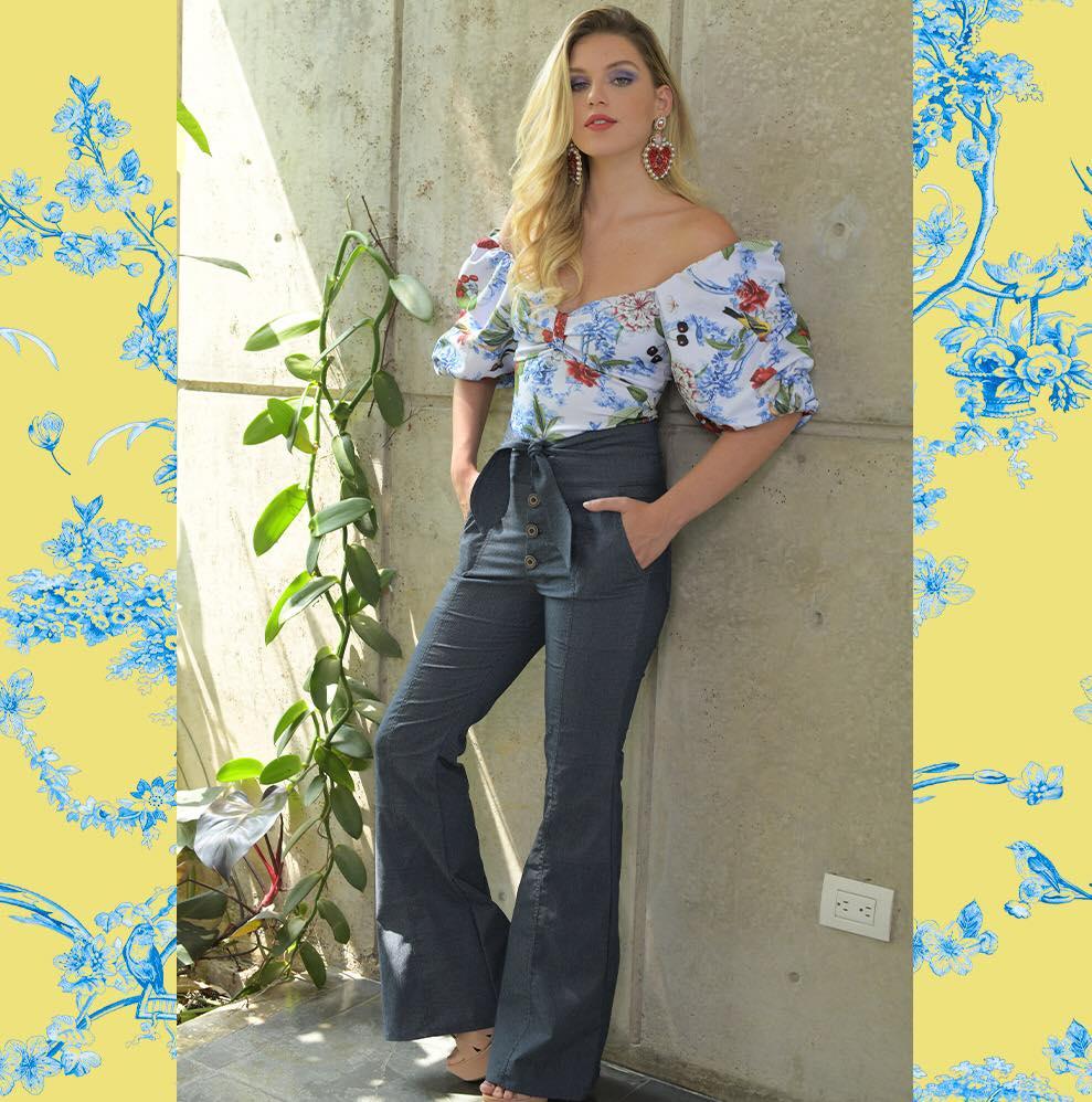 Outfit con una blusa floral de mangas globo